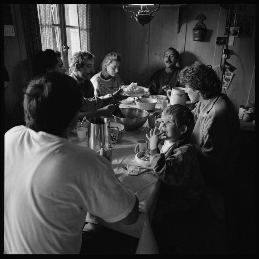 http://www.romanoriedo.ch/files/gimgs/24_bauernfamilie-stubentisch-raemisgummen-s.jpg